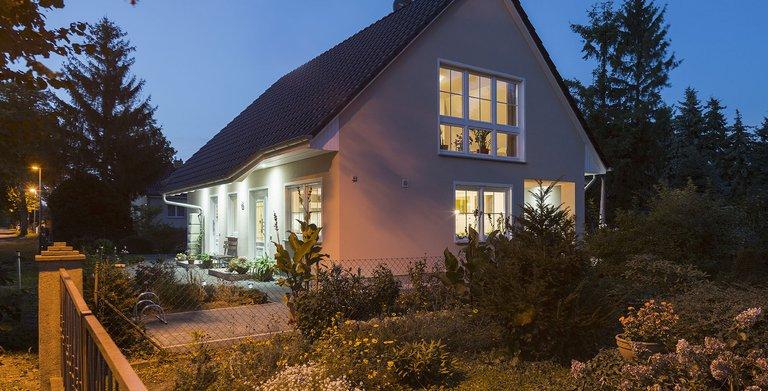 Zwei separate Eingänge ermöglichen die flexible Nutzung der Einliegerwohnung im Erdgeschoss. Die charakteristische Dachabschleppung schützt bei schlechtem Wetter.