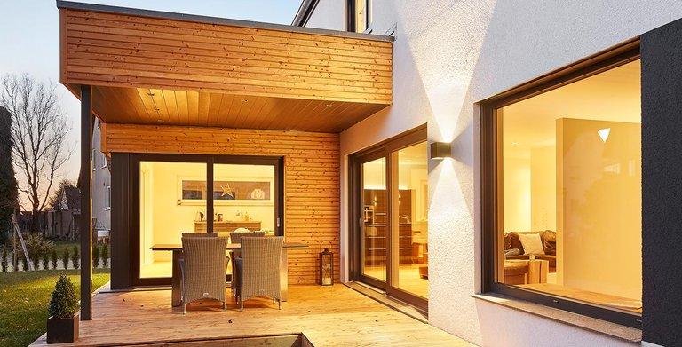 Überdachte Terrasse | LUXHAUS Satteldach Landhaus 207 Copyright: