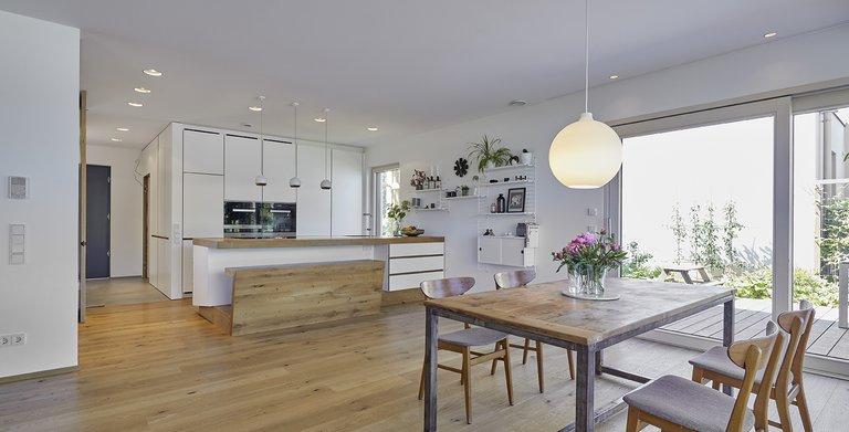 Der Essbereich und die offenen Küche sind großzügig und einladend Copyright: