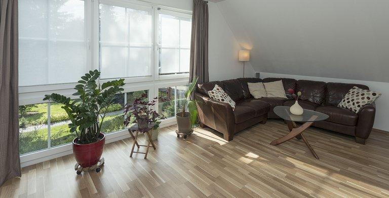Im Obergeschoss der Hauptwohnung befinden sich neben dem Wohnzimmer die Ruheräume der vierköpfigen Familie und das Badezimmer.