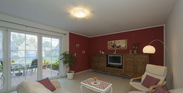 Die separate Einliegerwohnung im Erdgeschoss bietet gut 60 Quadratmeter Wohnfläche, darunter einen Wohnbereich mit Kochnische, Schlafzimmer, Wannenbad und Abstellkammer.