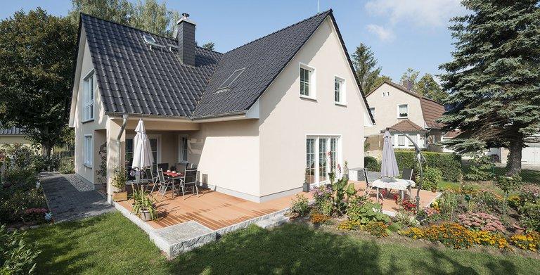 In der warmen Jahreszeit verlagert sich das Leben in den Garten. Dank überdachter Terrasse ist auch schlechtes Wetter kein Problem.