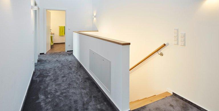 Flur im Obergeschoss | LUXHAUS Satteldach Landhaus 207 Copyright: