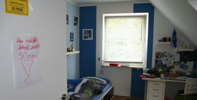 Zwei gleichgroße Kinderzimmer liegen ebenso wie der elterliche Schlafbereich direkt unterm Dach. Trotz sehr guter Wärmedämmung ist die Fähigkeit der Wärmepumpe zur passiven Kühlung an heißen Tagen sehr willkommen.