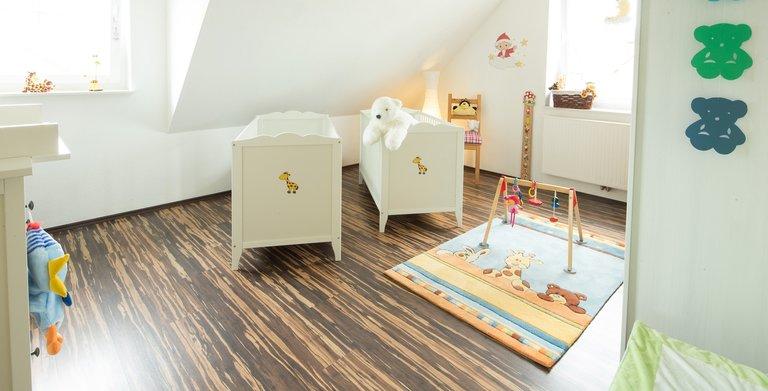 Im Obergeschoss befindet sich das KInderzimmer. Unter der gemütlichen Dachschräge stehen die Kinderbettchen.  Copyright: Heinz von Heiden GmbH Massivhäuser
