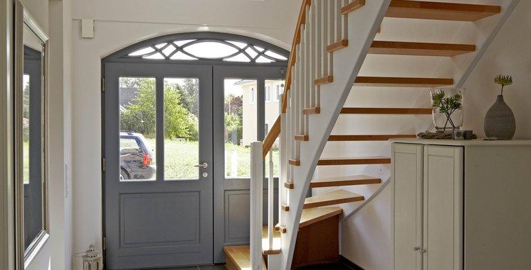 Haustür und Treppe