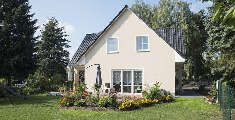 Dreigiebelhaus mit Einliegerwohnung von Bau- GmbH Roth