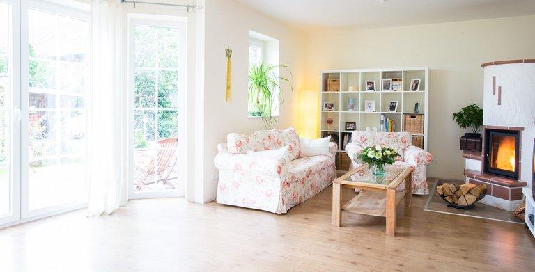 Ein verglaster Erker und ein schöner Kamin sind die Extras, die das Wohnzimmer zu etwas Besonderem machen. Copyright: Heinz von Heiden GmbH Massivhäuser