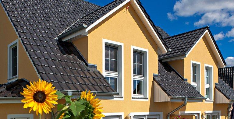 Das familienfreundliche Doppelhaus bietet zwei separate Wohneinheiten. Zwerchgiebel schaffen mehr Wohnraum im Dachgeschoss. Copyright: Roth-Massivhaus