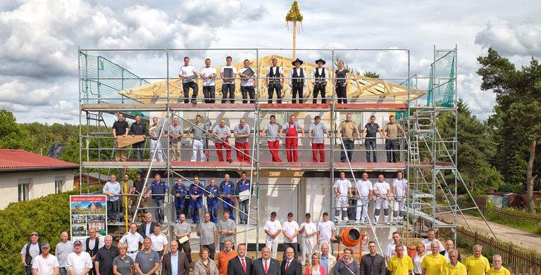 Das gesamte Team von Roth-Massivhaus: vom Keller bis zum Dach, von der Verwaltung bis zum Zimmerer. Copyright: Roth-Massivhaus / Christoph Große