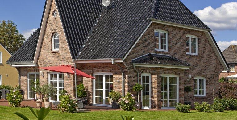 Typisches Friesenhaus mit Klinkerfassade. Copyright: Roth-Massivhaus