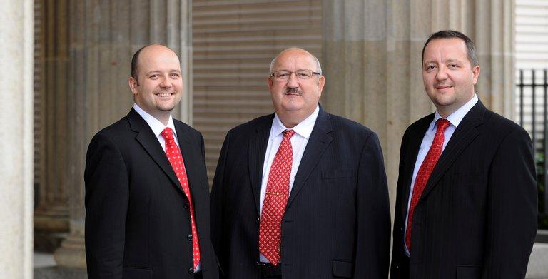 Gründer Horst Roth (Mitte) mit seinen Söhnen und geschäftsführenden Gesellschaftern Enrico und Andrè Roth. Copyright: Roth-Massivhaus / Peter Himsel