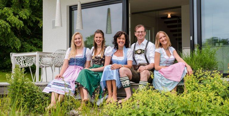 Seit drei Generationen familiengeführt. Michael Regnauer mit Familie. Copyright: © Regnauer Hausbau